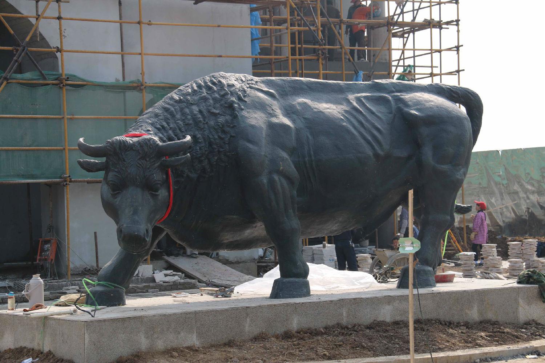 """华派雕塑是安徽起步最早的专业性雕塑公司,做过多项动物雕塑案例。牛、马、龙、狮子、等等,对动物的骨骼、肌肉仔细考究后进行艺术创作,待到泥塑制作完毕邀请客户前来验收,合格后进行磨具翻制! 下图为华派雕塑制作的动物雕塑""""福牛"""",工艺:铸铜  下图为华派雕塑的雕塑家正在为动物雕塑制作泥塑,等待业主的验收!  华派雕塑:"""