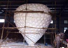中国草莓之乡草莓雕塑制作中