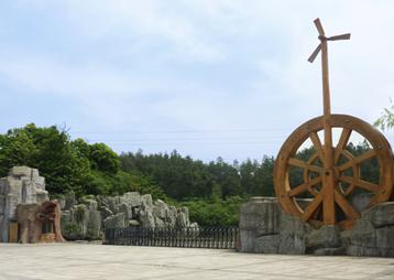 《世界木屋村大门雕塑景观》-安徽华派雕塑