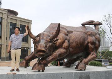 5米长华尔街牛——合肥汇银房产